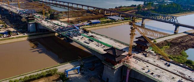 世界最长连续梁桥——湖北海子湖特大桥合龙